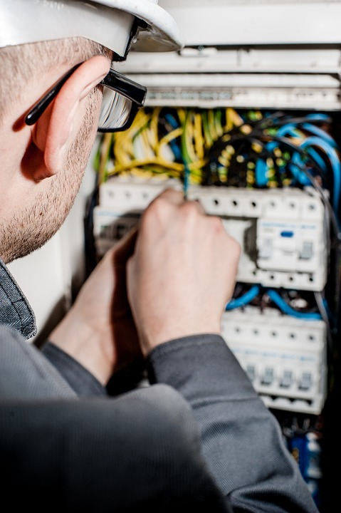What are the Benefits One Can Avail by an Electrician Apprenticeship Program